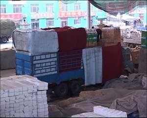 在寿光蔬菜批发市场,记者了解到,为了便于销售,每次发往北京都是各种蔬菜搭配着贩卖,一箱箱的蔬菜被工人们高高垒起,一名同行向记者透露,所有这些车辆都是严重超载。