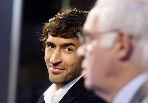 图文:劳尔阿拉贡内斯新闻发布会 微笑看着老帅