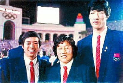 图为:洛杉矶奥运会上的王海波(右一)