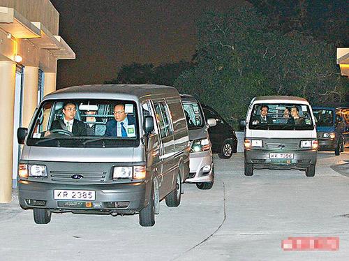 警方出动多辆客货车护送陈冠希离开寓所,前往四季酒店