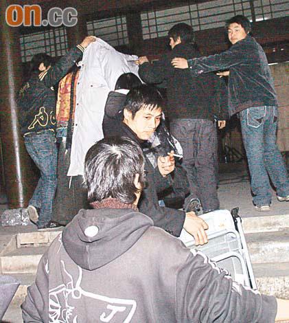 记者欲访问秋官,但遭工作人员上前阻挠