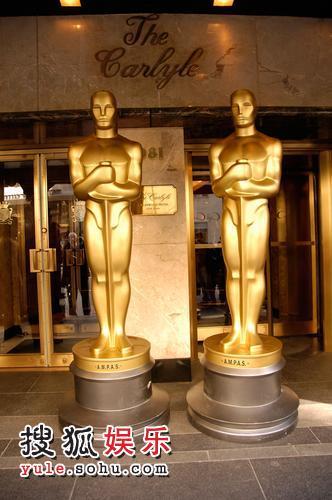 两个八英尺高的小金人 迎接获奖明星们的到来