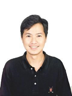 李健光曾在澳洲留学之后返台就读美国学校,曾是东森英语新闻主播。