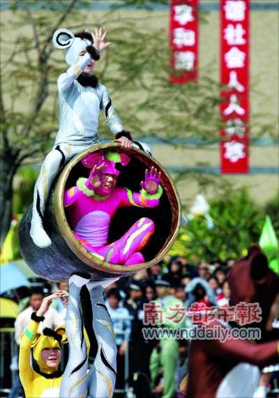 """昨日下午,常平文化广场举行元宵文化大巡游活动,杂技团扮""""金鼠""""在表演。本报记者梁清摄"""