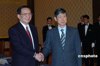 2月21日下午,正在日本进行正式访问的中国国务委员唐家璇在东京饭仓公馆会见了日本外相高村正彦(右)。 中新社发 滕剑峰 摄