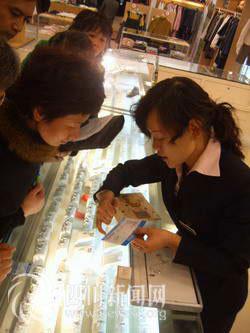 专业人员检查产品标识和证书