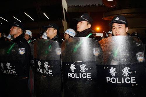 大批警察守卫在运动员入口