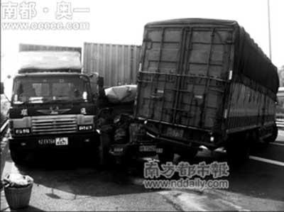 被撞得打横占据三条车道的汕头货柜车司机穆先生说,7车相撞之后,前面图片