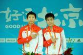 图文:林跃/火亮双人10米台夺冠 领奖台摆POSE