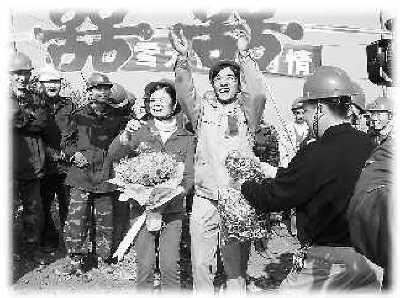 2月21日,在广东清远抗冰复电施工现场举行的特殊婚礼上,新人周锋