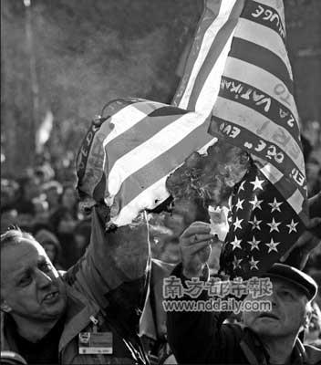 美国支持并宣布承认科索沃独立,塞尔维亚抗议者火烧美国国旗。