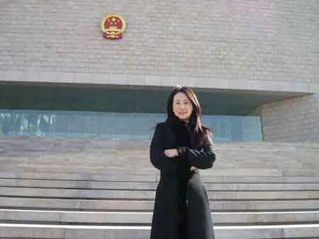 李文在北京高院前留影(照片由李文提供大公报)