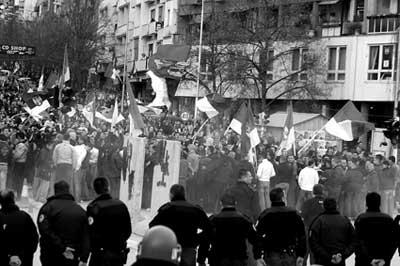 塞族抗议者在科索沃一座桥上和联合国维和警察对峙