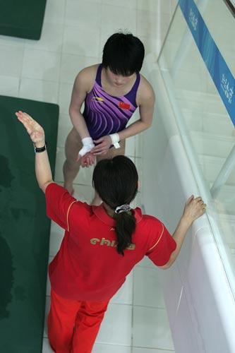 图文:陈若琳赛场内花絮 教练指导陈若琳