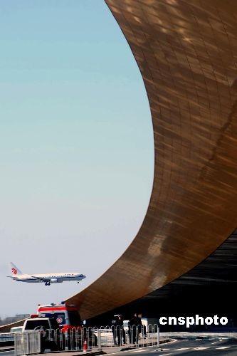 图为机场工作人员在机场腹地值勤。