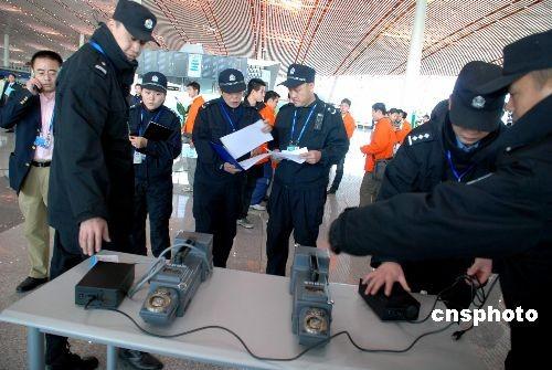 图为机场工作人员在测试搜爆仪。