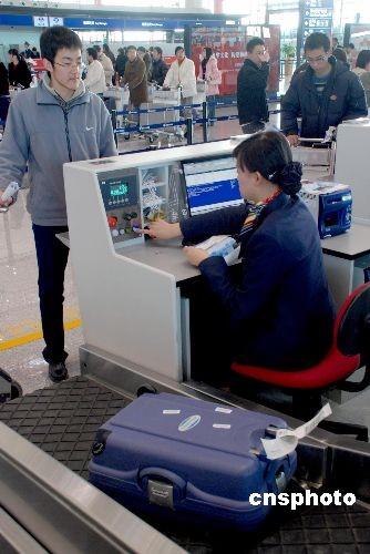 """图为机场工作人员正在为""""旅客""""办理托运服务。"""
