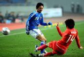 图文:[四国赛]韩国1-1日本 桥本英郎拼抢