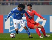 图文:[四国赛]韩国1-1日本 中泽佑二拼抢