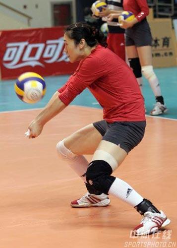 图文:中国队积极备战中古对抗赛 刘亚男传球
