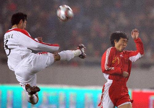 图文:[四强赛]国足3-1朝鲜 少林飞腿