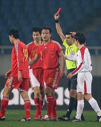 图文:[四强赛]国足3-1朝鲜 徐云龙红牌下场