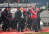 图文:[四强赛]国足3-1朝鲜 杜伊鼓掌庆祝