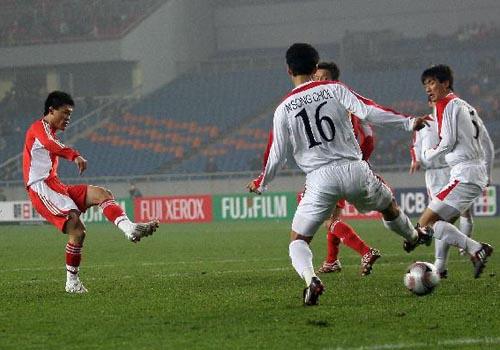 图文:[四强赛]国足3-1朝鲜 王栋破门瞬间