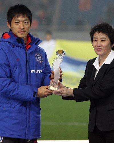 图文:[四强赛]颁奖典礼 最有价值球员金南一