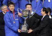 图文:[四强赛]颁奖典礼 谢亚龙颁冠军奖杯