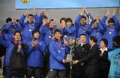 图文:[四强赛]颁奖典礼 韩国队手捧奖杯庆祝