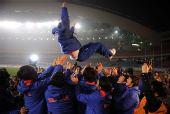 图文:[四强赛]颁奖典礼 韩国队队员抛起主帅