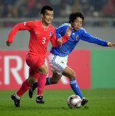图文:[四国赛]韩国1-1日本 赵源熙带球突破