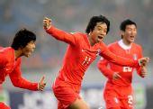 图文:[四国赛]韩国1-1日本 廉基勋庆祝进球