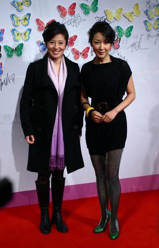 图文:中国职场女性榜样颁奖 杨扬与歌手孙悦