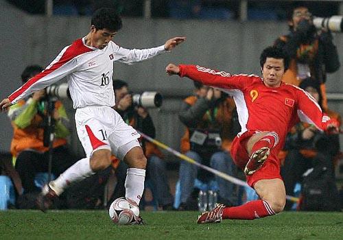 蒿俊闵(右)已经成为国足的奇兵(点击欣赏更多)
