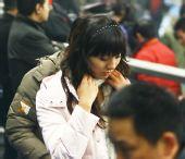 图文:[四强赛]国足3-1朝鲜 女球迷低头的温柔