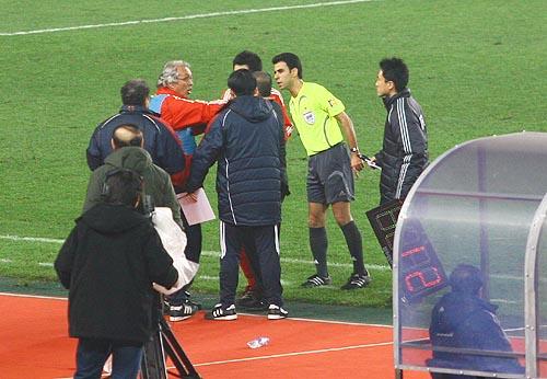 图文:[四强赛]国足3-1朝鲜 杜伊表示抗议