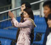 图文:[四强赛]国足3-1朝鲜 女球迷欢呼雀跃