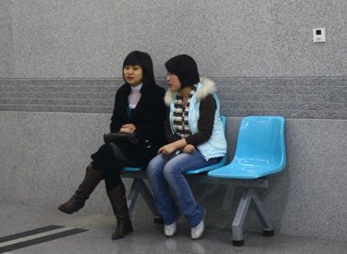 图文:[四强赛]国足3-1朝鲜 女球迷说悄悄话