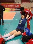 图文:中国女排战前训练 放松时王一梅可爱表情