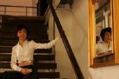 图文:冷小丫张怡宁写真 楼梯留影白衣天使