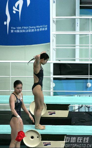 组图:女双三米板半决赛 郭晶晶吴敏霞准备走板