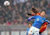 图文:[四强赛]中国0-3日本 泽穗希比赛中争顶