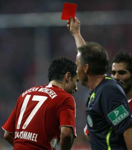 图文:[德甲]拜仁1-1汉堡 范博梅尔染红
