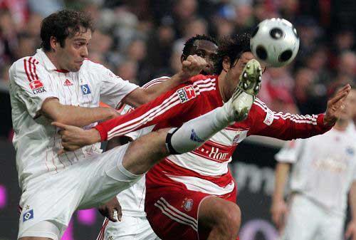 图文:[德甲]拜仁1-1汉堡 激烈争夺