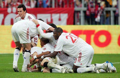 图文:[德甲]拜仁1-1汉堡 汉堡庆祝进球