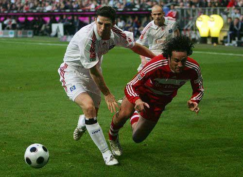图文:[德甲]拜仁1-1汉堡 放倒在地