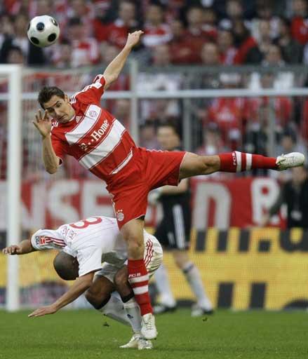 图文:[德甲]拜仁1-1汉堡 克洛泽头球