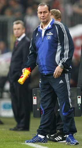 图文:[德甲]拜仁1-1汉堡 两名帅观战